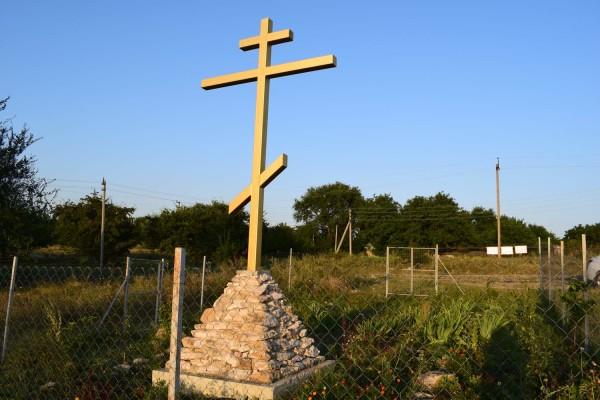 Поклонный крест  и колодец